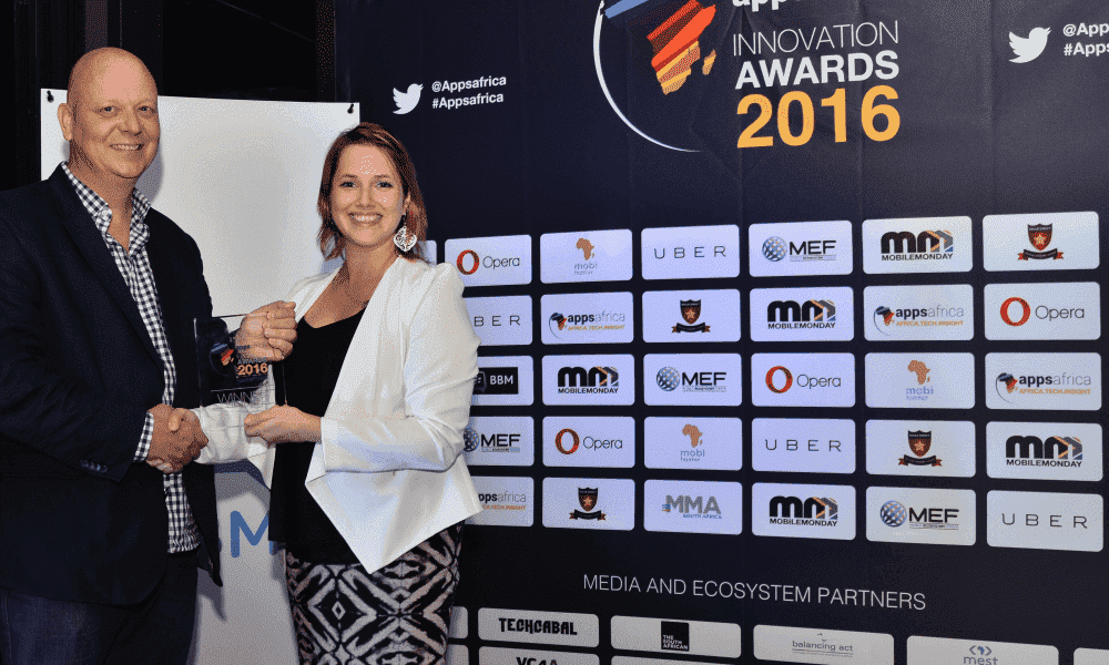 jo-eyre-from-opera-software-presents-best-educational-award-to-mwabu